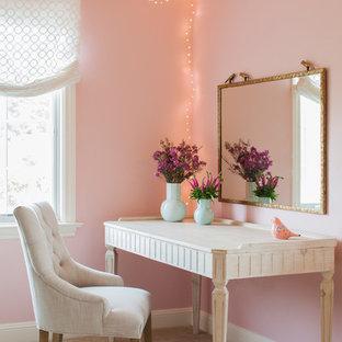 Imagen de dormitorio romántico con paredes rosas, moqueta y suelo beige