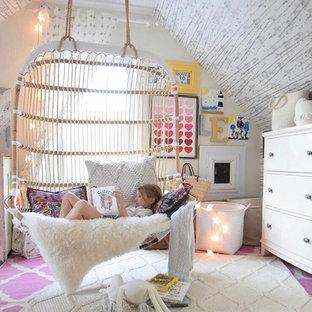Imagen de dormitorio tipo loft, bohemio, de tamaño medio, con paredes multicolor y suelo de madera clara