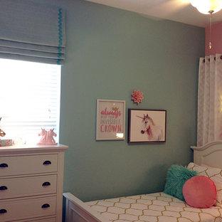 На фото: маленькая спальня в стиле современная классика с розовыми стенами, ковровым покрытием и разноцветным полом без камина с