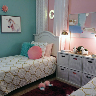Foto di una piccola camera da letto chic con pareti rosa, moquette, nessun camino e pavimento multicolore