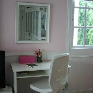 Idee per una camera da letto shabby-chic style con pareti rosa e pavimento in legno massello medio