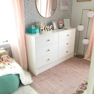 ニューヨークの中サイズのコンテンポラリースタイルのおしゃれなゲスト用寝室 (カーペット敷き、白い壁、ベージュの床) のインテリア