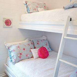 Idee per una camera da letto stile loft costiera con pareti gialle e moquette