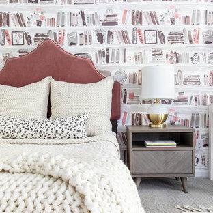Foto de dormitorio escandinavo con paredes multicolor, moqueta y suelo gris