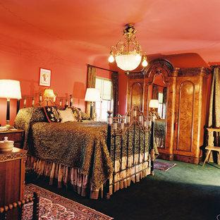 Foto di una grande camera matrimoniale vittoriana con pareti arancioni, moquette e pavimento verde
