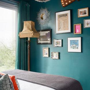 Ejemplo de dormitorio bohemio, pequeño, sin chimenea, con paredes verdes