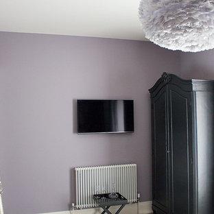 Источник вдохновения для домашнего уюта: гостевая спальня среднего размера в современном стиле с фиолетовыми стенами, ковровым покрытием и серым полом без камина