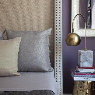 Ejemplo de dormitorio principal, tradicional, de tamaño medio, con paredes púrpuras