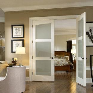 Ejemplo de dormitorio principal, tradicional, de tamaño medio, sin chimenea, con paredes grises, suelo vinílico y suelo marrón