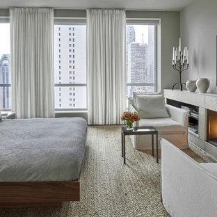 シカゴの広いコンテンポラリースタイルのおしゃれな主寝室 (グレーの壁、コンクリートの暖炉まわり、カーペット敷き、標準型暖炉) のレイアウト