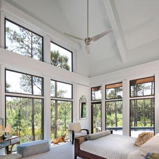 Idee per una camera matrimoniale design con pareti blu, moquette e pavimento blu