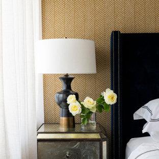 Immagine di una camera matrimoniale classica di medie dimensioni con pareti gialle, moquette e pavimento beige