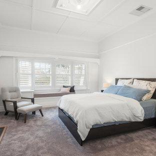 Foto på ett mellanstort funkis huvudsovrum, med vita väggar, heltäckningsmatta, en standard öppen spis, en spiselkrans i metall och grått golv