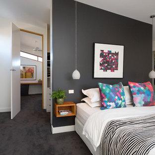 Modernes Schlafzimmer mit weißer Wandfarbe, Teppichboden und schwarzem Boden in Melbourne