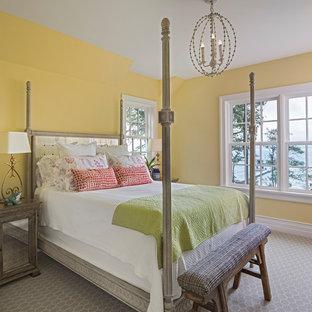 Стильный дизайн: спальня в морском стиле с желтыми стенами, ковровым покрытием и серым полом - последний тренд