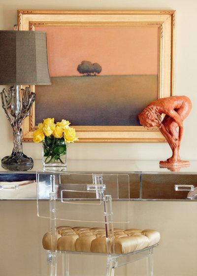 エクレクティック 寝室 by Tobi Fairley Interior Design