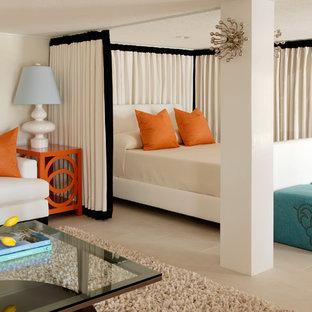 Foto di una camera da letto minimal di medie dimensioni con pareti beige, nessun camino e pavimento con piastrelle in ceramica