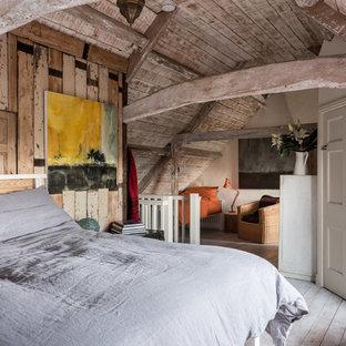 Ejemplo de dormitorio principal, rural, de tamaño medio, con paredes beige, suelo de madera pintada y suelo blanco