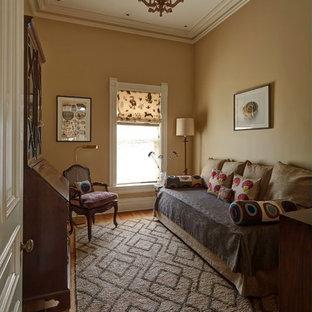 Kleines Eklektisches Gästezimmer mit gelber Wandfarbe und braunem Holzboden in Chicago