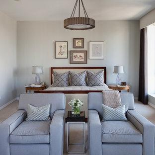 Inspiration pour une chambre traditionnelle avec un mur gris.