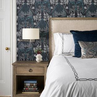 シカゴの中サイズのトランジショナルスタイルのおしゃれな主寝室 (青い壁、無垢フローリング、標準型暖炉、木材の暖炉まわり、茶色い床) のレイアウト