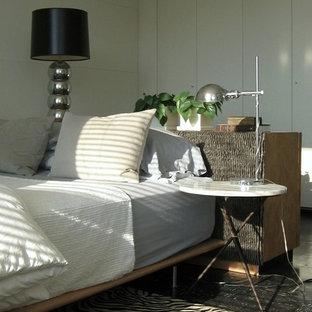 Foto på ett litet 50 tals huvudsovrum, med vita väggar och linoleumgolv