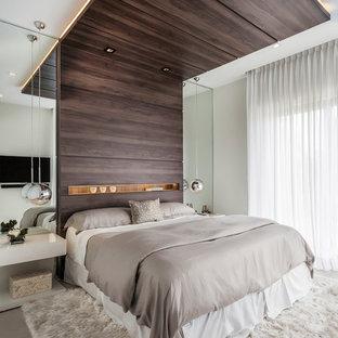 Стильный дизайн: большая гостевая спальня в современном стиле с белыми стенами, полом из керамической плитки и бежевым полом без камина - последний тренд