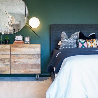 Exemple d'une grande chambre asiatique avec un mur vert.