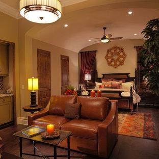 Foto di un'ampia camera degli ospiti mediterranea con pareti beige e pavimento in legno massello medio