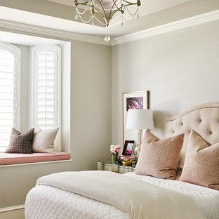 Immagine di una camera da letto chic di medie dimensioni con pareti grigie, pavimento in legno massello medio e pavimento marrone