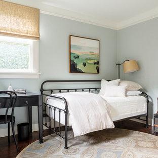 ポートランドの小さいトランジショナルスタイルのおしゃれな寝室 (ベージュの壁、濃色無垢フローリング、標準型暖炉、レンガの暖炉まわり) のレイアウト