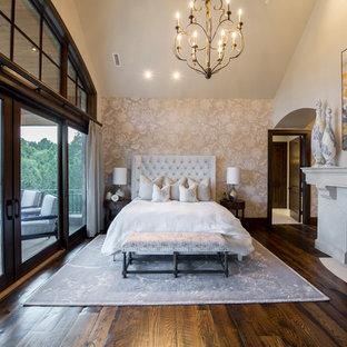 Idee per una grande camera matrimoniale shabby-chic style con pareti multicolore, parquet scuro, camino classico, cornice del camino in pietra e pavimento marrone
