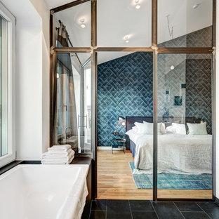 Großes Modernes Schlafzimmer ohne Kamin, im Loft-Style mit weißer Wandfarbe, braunem Holzboden und braunem Boden in Berlin