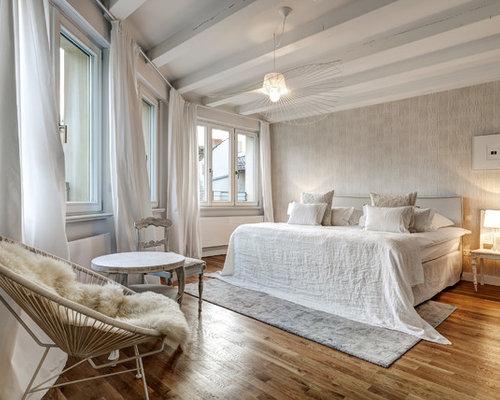 Großes Maritimes Hauptschlafzimmer Ohne Kamin Mit Beiger Wandfarbe, Braunem  Holzboden Und Braunem Boden In Berlin