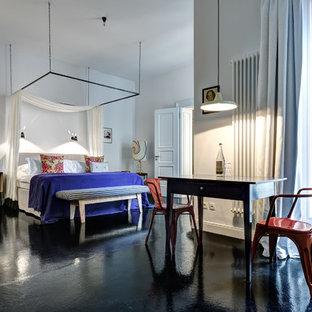 Geräumiges Stilmix Schlafzimmer ohne Kamin, im Loft-Style mit weißer Wandfarbe, Betonboden und schwarzem Boden in Berlin
