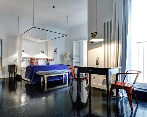 Geräumiges Stilmix Schlafzimmer Ohne Kamin, Im Loft Style Mit Weißer  Wandfarbe, Betonboden Und