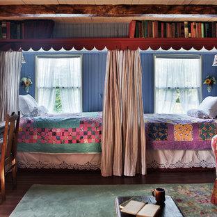 セントルイスのカントリー風おしゃれな客用寝室 (青い壁、濃色無垢フローリング) のレイアウト