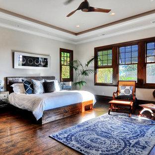 Ispirazione per una camera matrimoniale tropicale con pareti bianche e parquet scuro