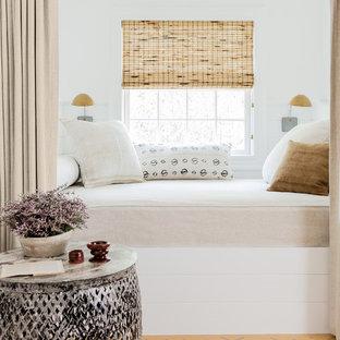 Идея дизайна: спальня на антресоли в стиле современная классика с белыми стенами, деревянным полом и желтым полом