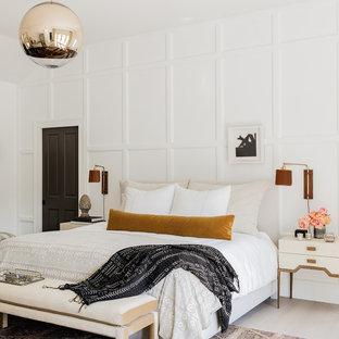 Maritimes Hauptschlafzimmer mit weißer Wandfarbe, hellem Holzboden und beigem Boden