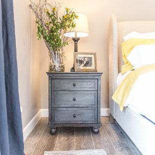 Idéer för ett mellanstort rustikt huvudsovrum, med grå väggar, klinkergolv i porslin, en standard öppen spis, en spiselkrans i tegelsten och grått golv