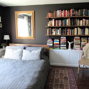 Foto di una piccola camera matrimoniale eclettica con pareti nere, parquet scuro e nessun camino