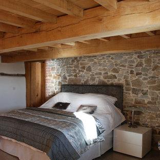 Diseño de habitación de invitados rural, extra grande, sin chimenea, con paredes grises y suelo de cemento