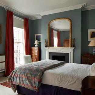 На фото: спальня в викторианском стиле с зелеными стенами, ковровым покрытием и фасадом камина из штукатурки с