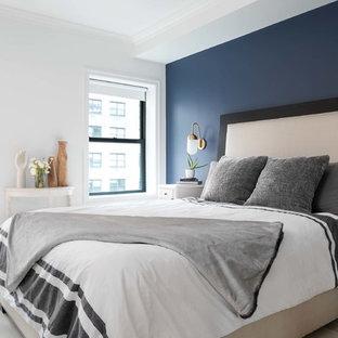 Свежая идея для дизайна: маленькая хозяйская спальня в стиле модернизм с разноцветными стенами, светлым паркетным полом и белым полом - отличное фото интерьера