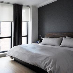 Modelo de dormitorio principal, contemporáneo, de tamaño medio, con paredes grises y suelo de madera clara