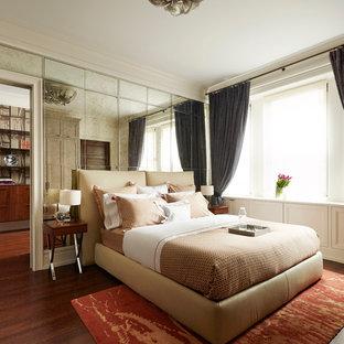ニューヨークの中くらいのトランジショナルスタイルのおしゃれな主寝室 (白い壁、濃色無垢フローリング、暖炉なし) のインテリア