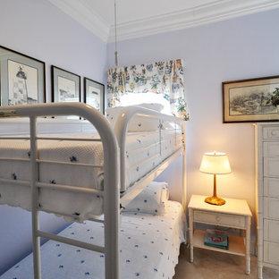 Diseño de habitación de invitados bohemia, pequeña, con paredes azules y suelo de travertino