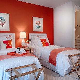 Пример оригинального дизайна: гостевая спальня в морском стиле с оранжевыми стенами и ковровым покрытием без камина