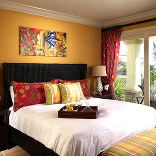 Ejemplo de habitación de invitados costera, de tamaño medio, sin chimenea, con paredes amarillas, moqueta y suelo beige